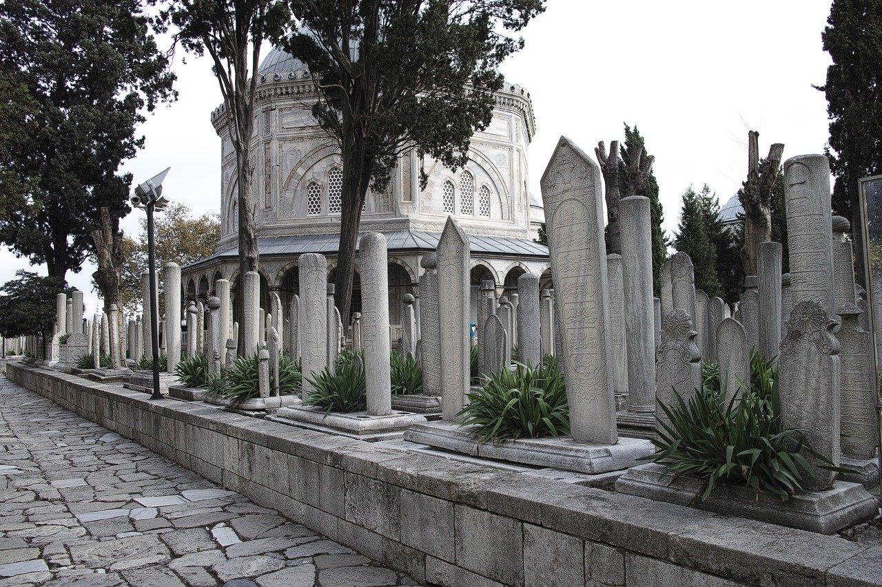 Şile'de tarihi mezar taşlarının mezarlık duvarında kullanıldığı ortaya çıktı