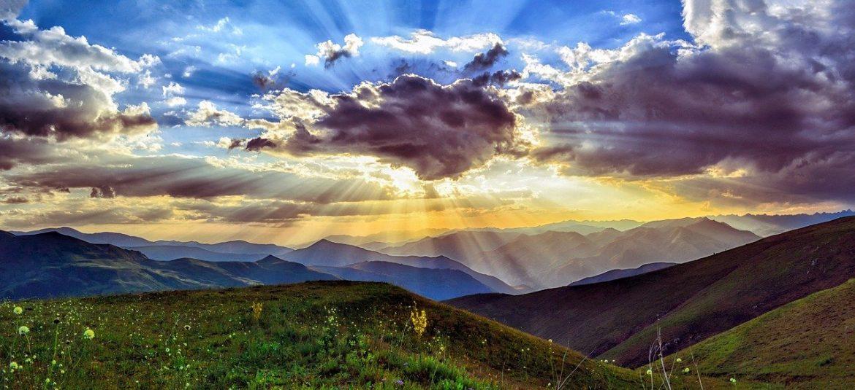Kaçkar Dağları'nın zirvesinde bulut denizinin üzerindeki günbatımı ziyaretçileri büyülüyor